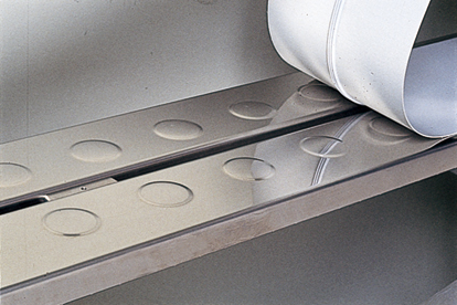 エンボス加工でベルトの張り付きを防ぐ